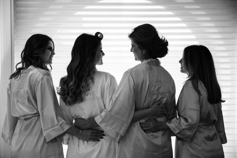foto da noiva com a mãe e as madrinhas no dia da noiva