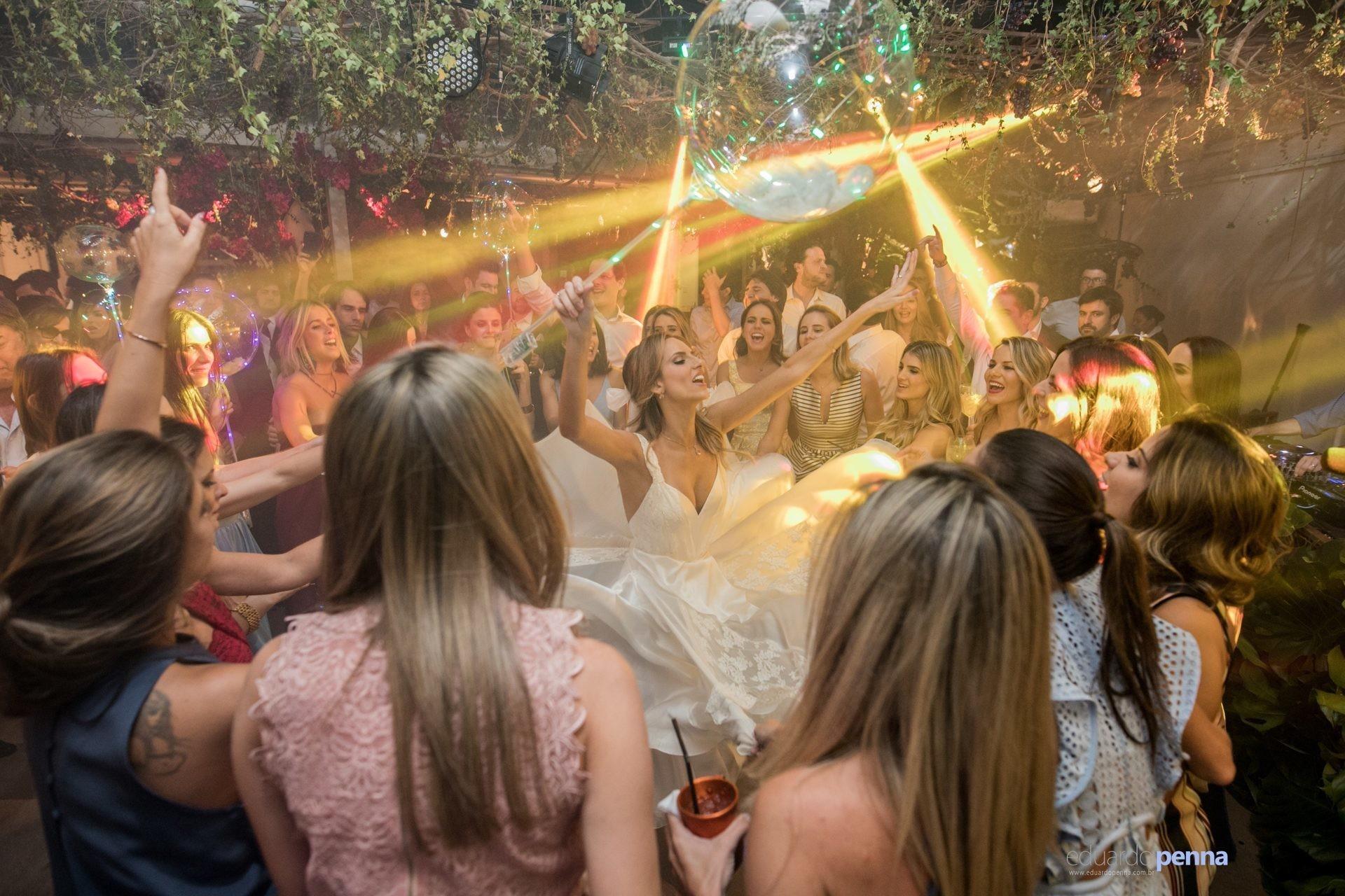 noiva rodando o vestido de noiva na pista de dança do casamento