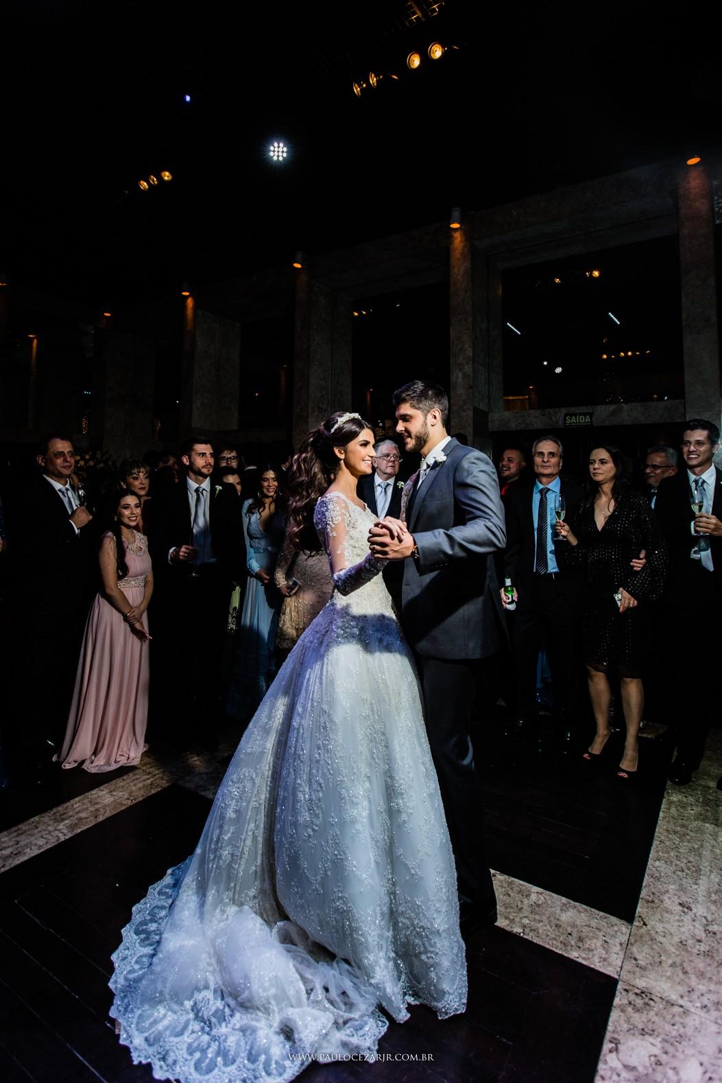 primeira dança dos noivos na festa do casamento