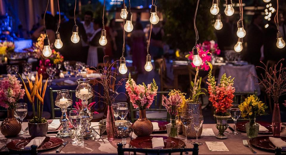 Mesa decorada com flores em casamento moderno