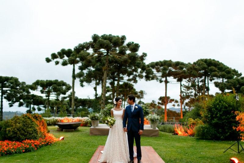 noivos posando após a cerimônia de casamento no campo