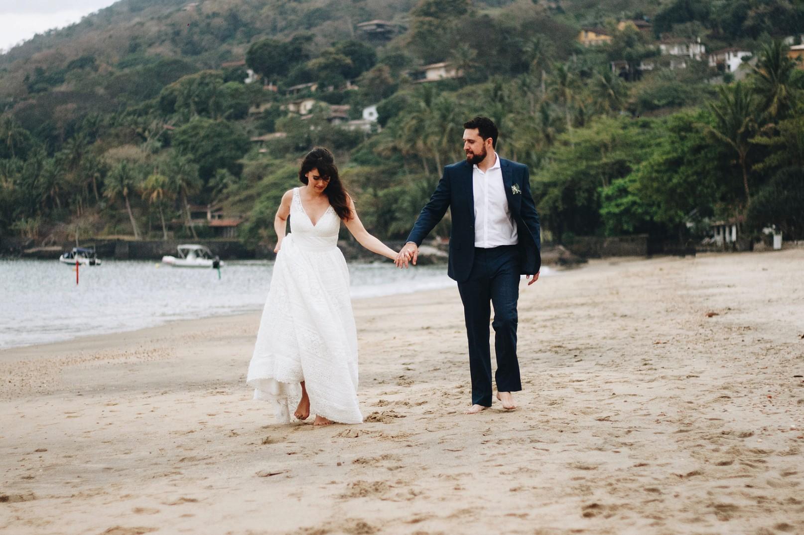 fotos dos noivos da praia após a cerimônia do casamento