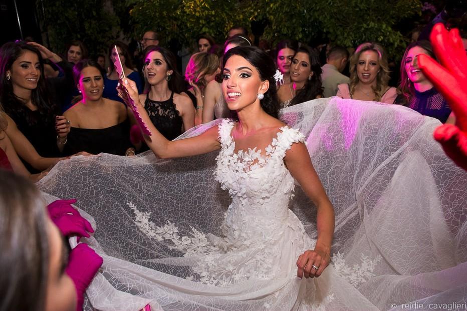 noiva rodando o vestido na pista de dança