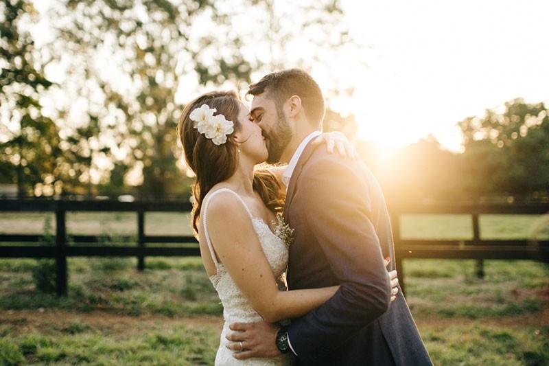 foto dos noivos em casamento no campo com luz natural