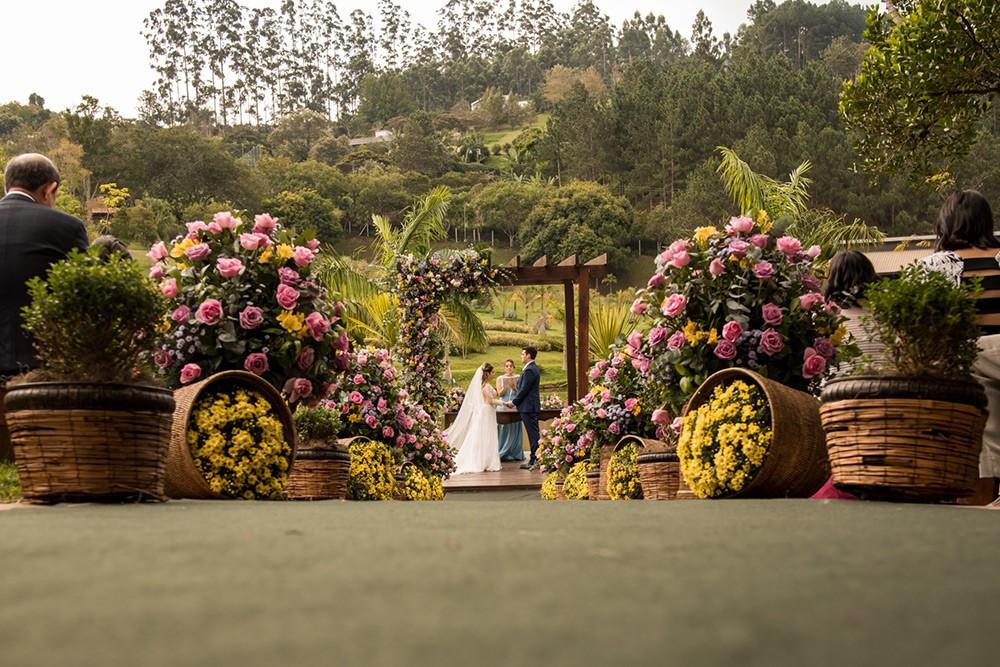 decoração de casamento no campo com flores