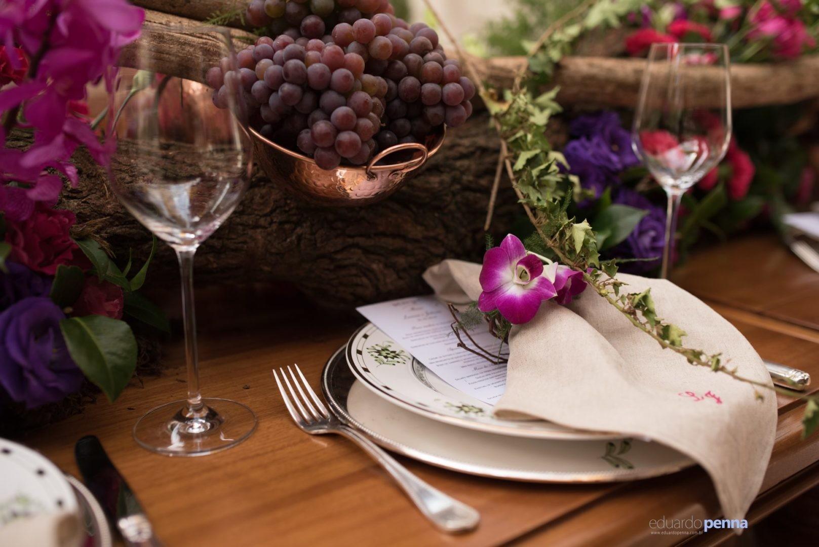 mesa decorada com guardanapos e uvas