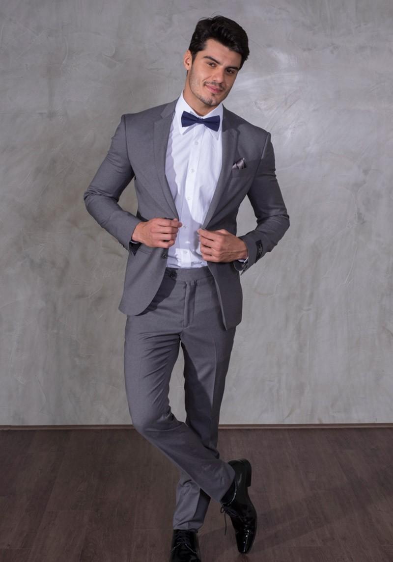 Costume cinza, camisa branca e gravata borboleta cinza. Traje completo para noivo.