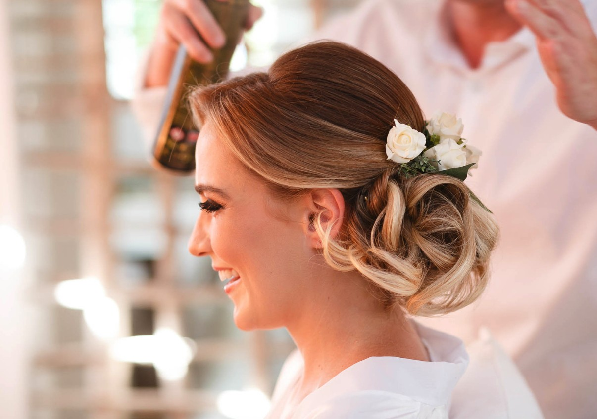 noiva sendo arrumada para o casamento