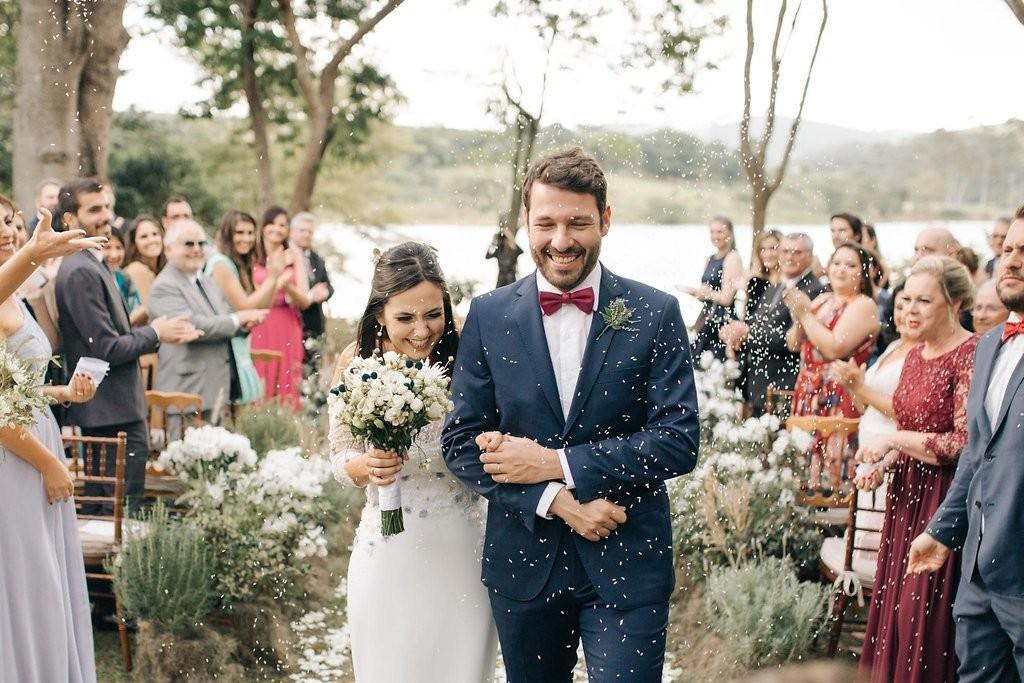 saída dos noivos da cerimônia de casamento à beira do lago