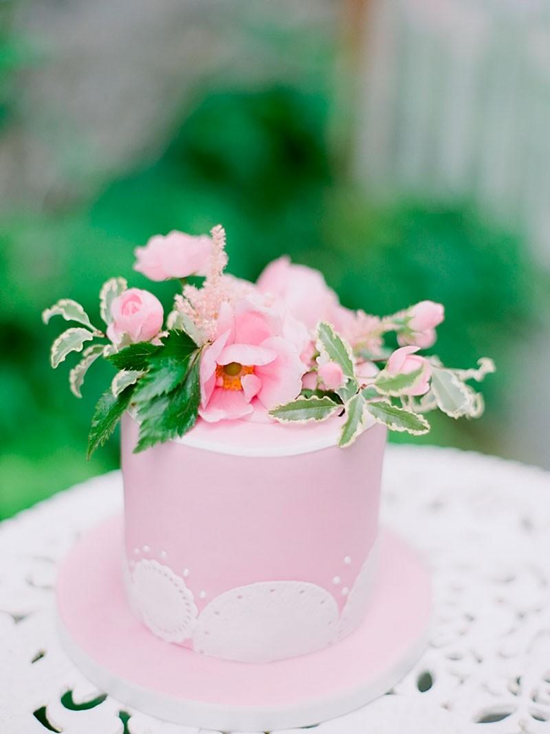 Bolo rosa para casamento no campo