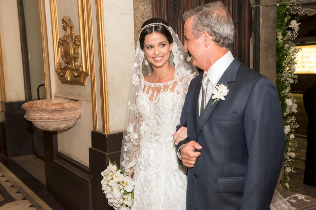 noiva com o pai na cerimônia do casamento