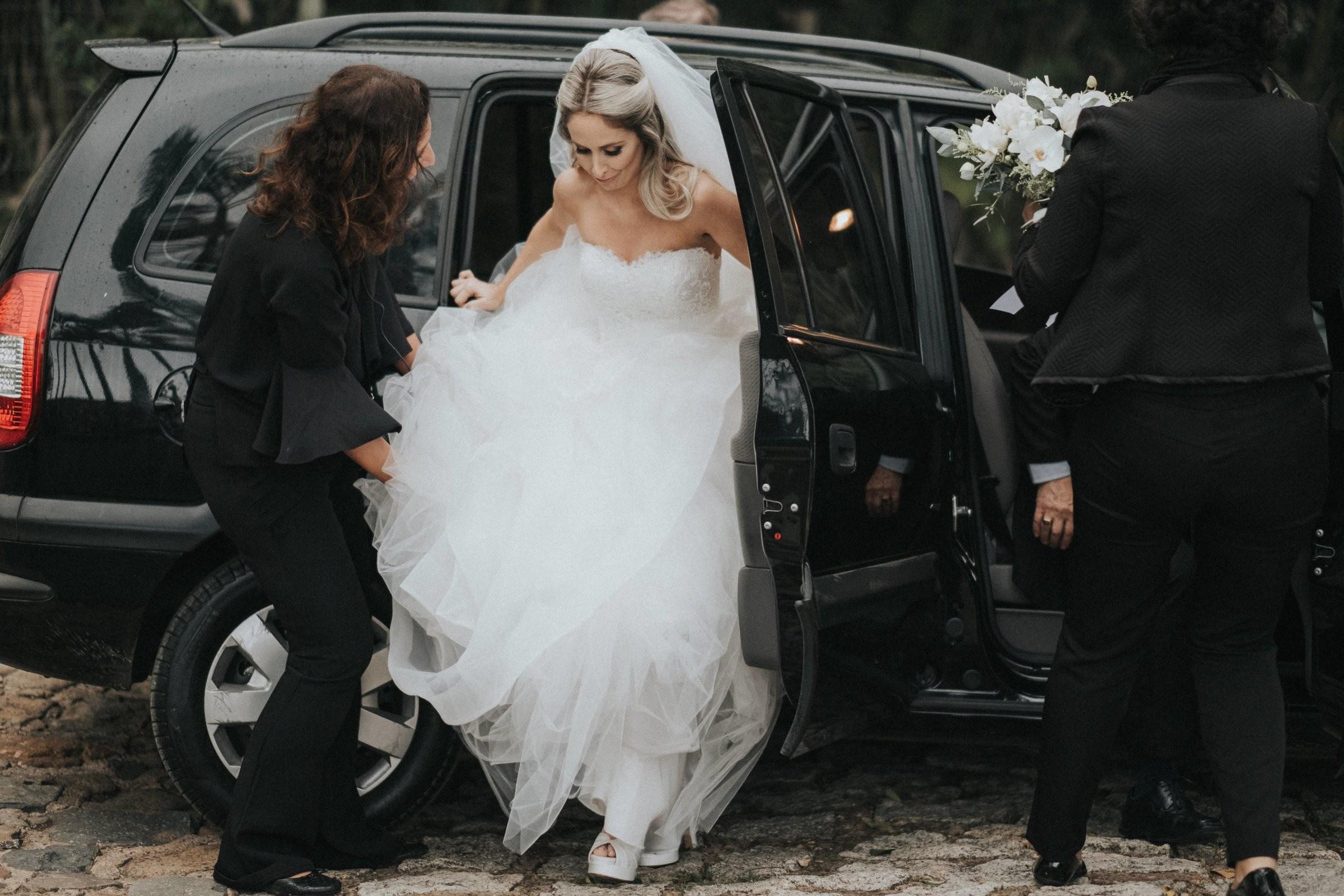 noiva chegando na cerimônia do casamento