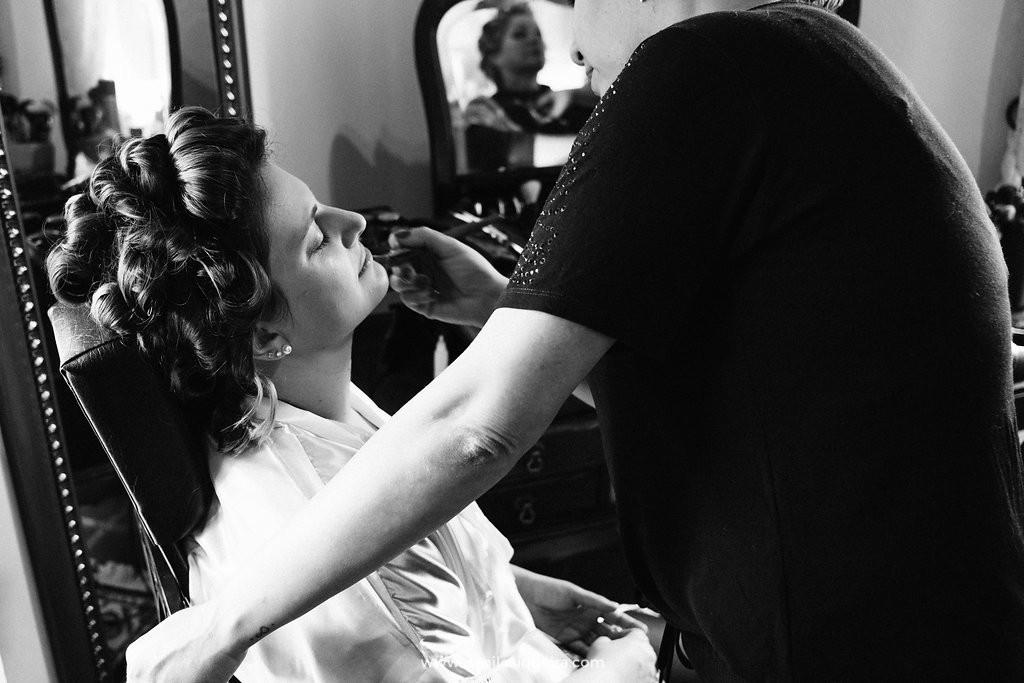 noiva sendo maquiado para o casamento