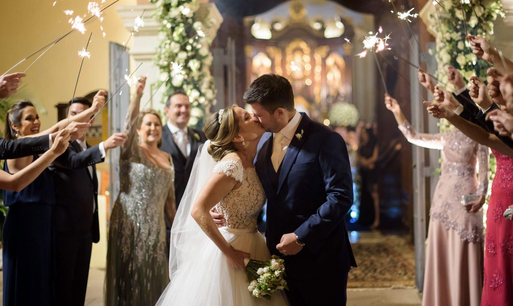 saída dos noivos da cerimônia da igreja