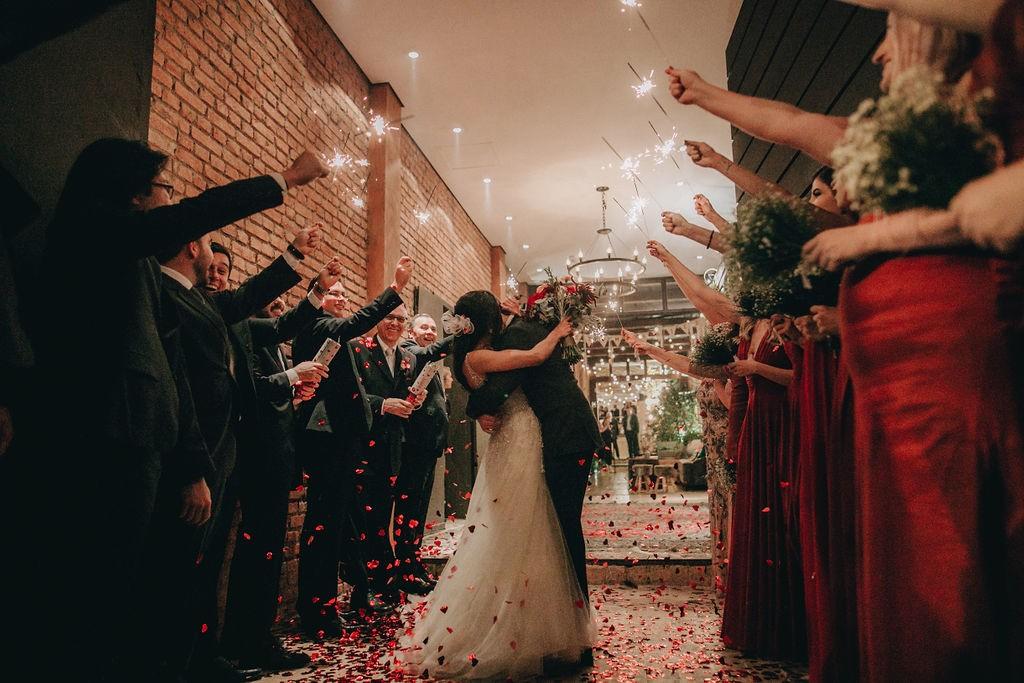 beijo dos noivos na cerimônia de casamento