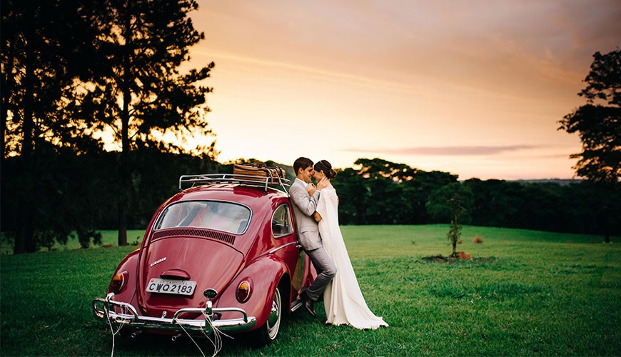 casamento no campo fim de tarde com fusca vermelho