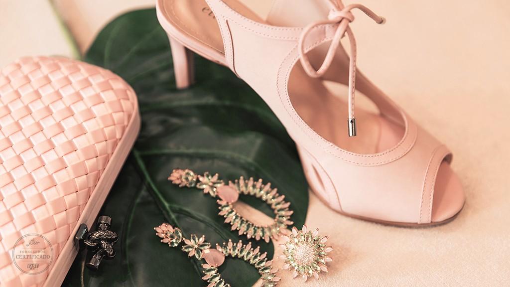 clutch, brincos e sapato