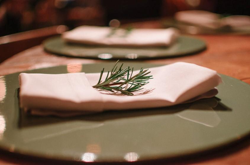 mesa posta de um casamento na Casa Manioca