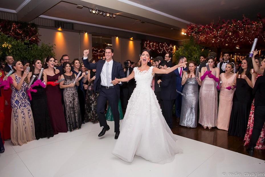 noivos chegando na recepção do casamento