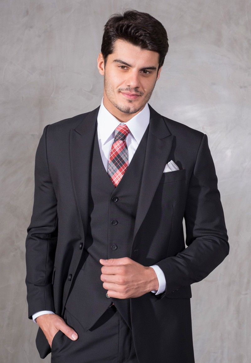 Terno preto com colete e gravata para noivo.