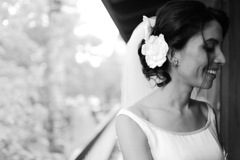 flor no cabelo da noiva