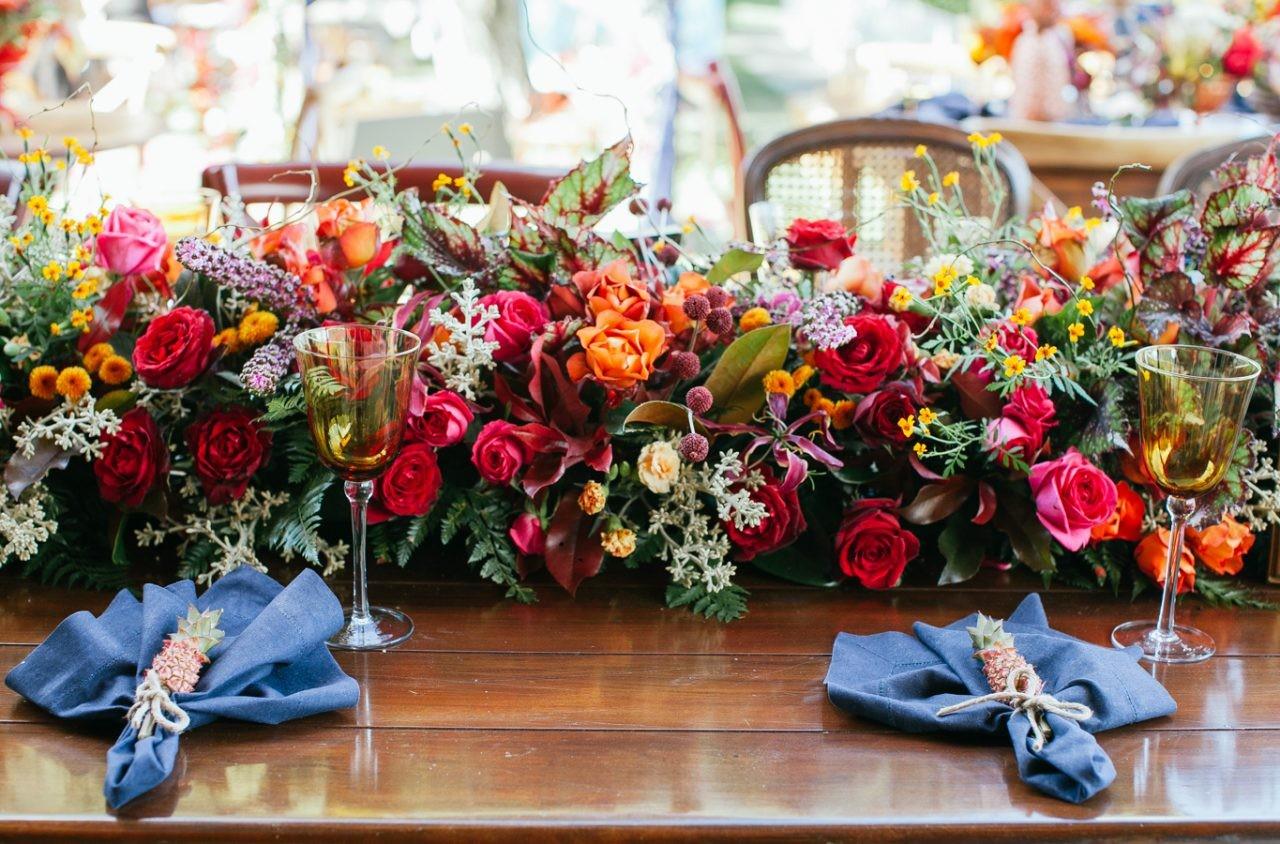 decoração da mesa dos convidados com centro de mesa florido colorido