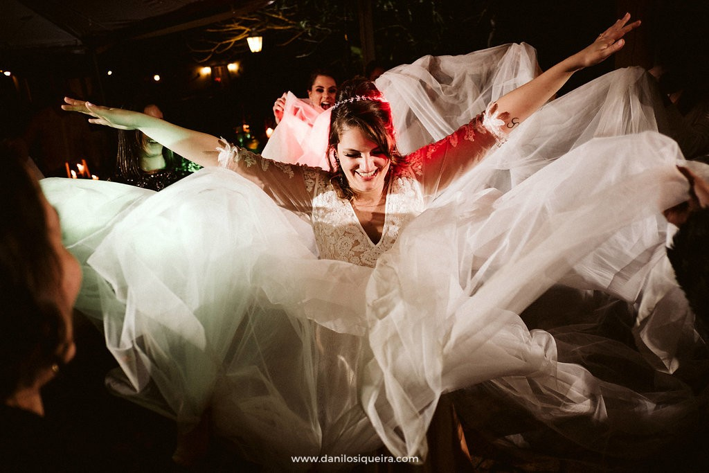 noiva rodando o vestido na festa de casamento
