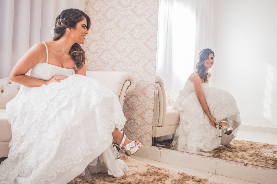noiva colocando o sapato do casamento