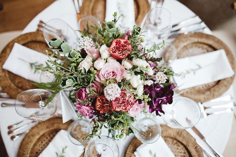 centro de mesa com flores exóticas e frutas
