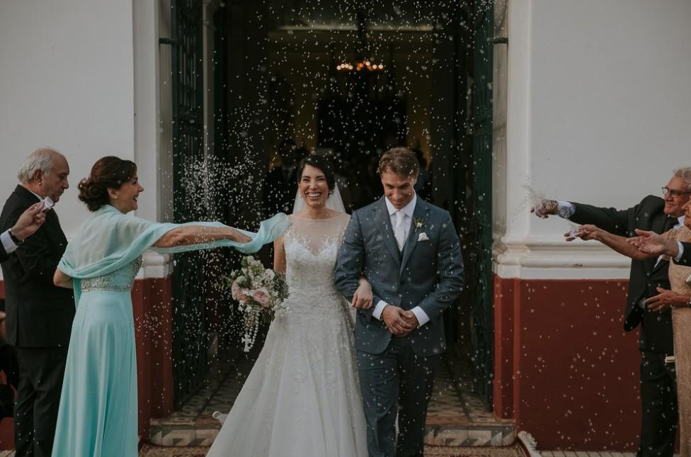 saída dos noivos da cerimônia de casamento na igreja