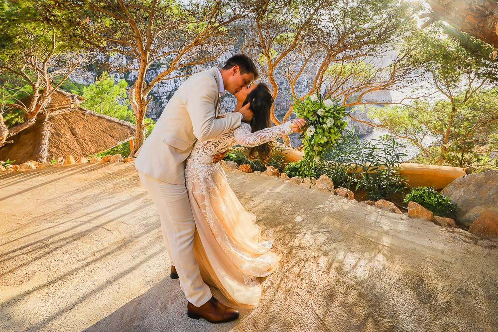 beijo dos noivos na cerimônia de casamento em Ibiza
