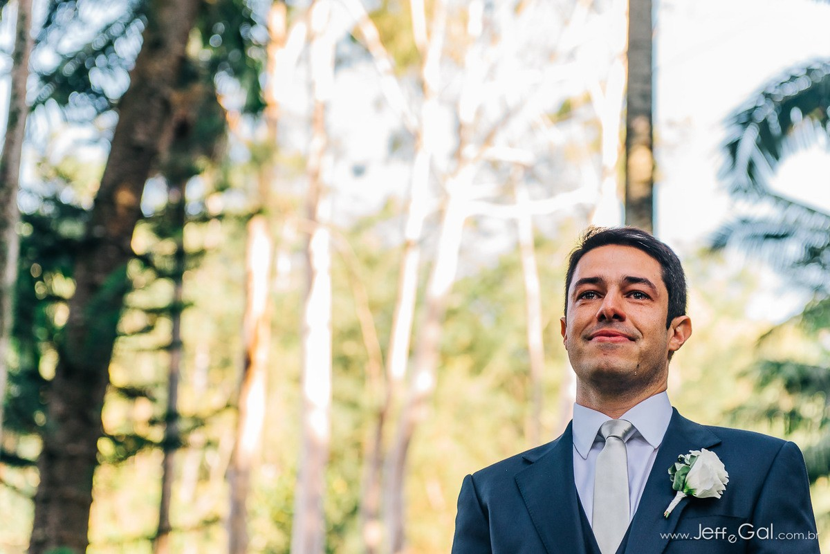 noivo esperando a noiva na altar