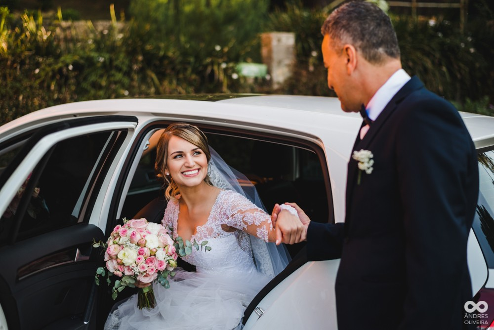 noiva com o pai saindo do carro a caminho da cerimônia do casamento