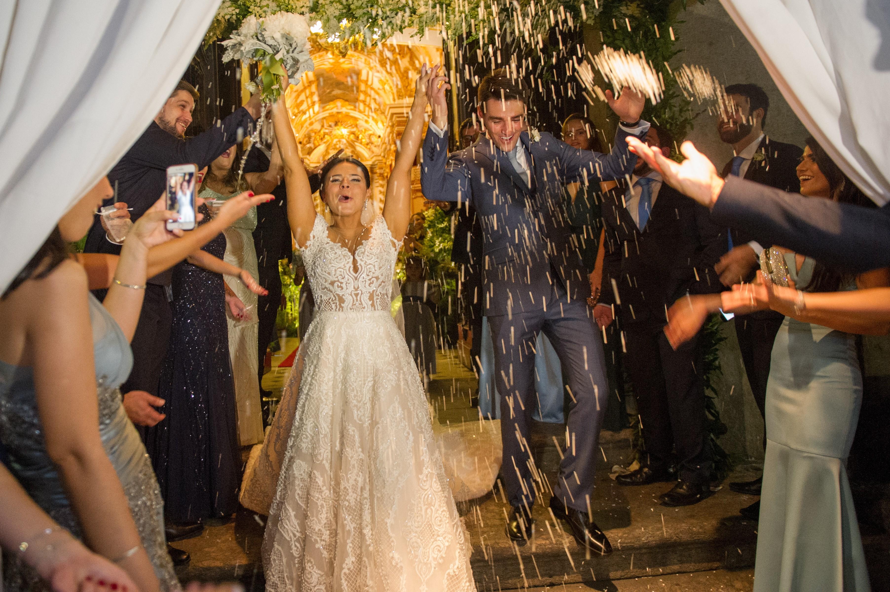 saída dos noivos da cerimônia do casamento na igreja