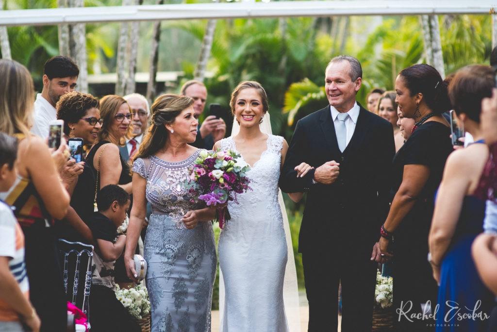 noiva entrando com os pais na cerimônia do casamento