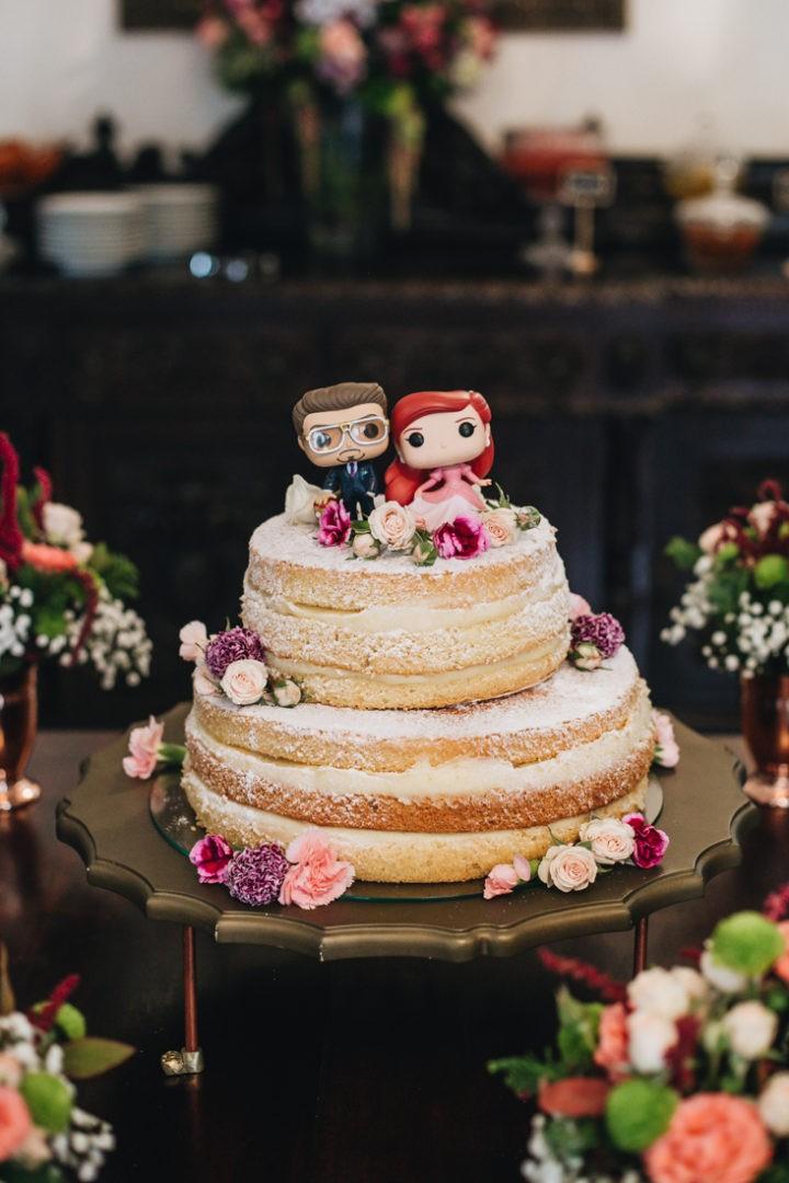 bolo de casamento naked cake com topo de bolo personalizado