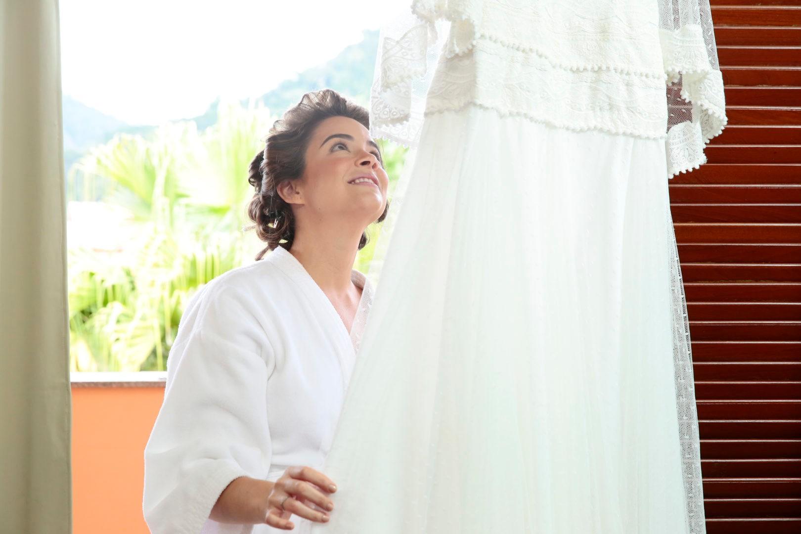 noiva vendo seu vestido antes do casamento