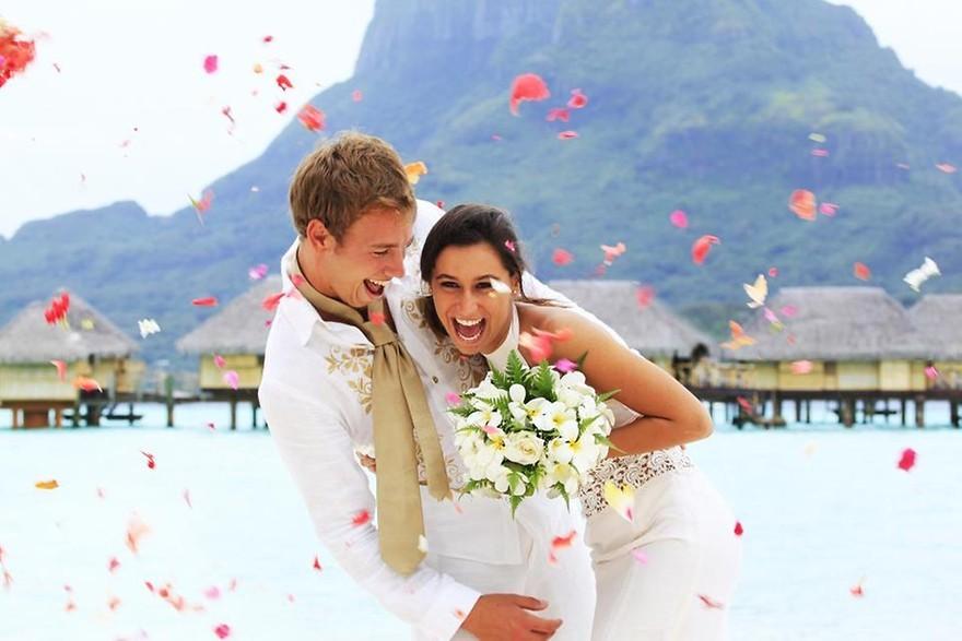 Casal celebrando casamento nas Maldivas, destino de lua de mel.