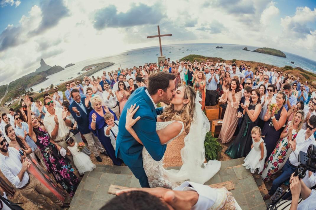 beijos dos noivos na cerimônia de um destination wedding em Fernando de Noronha