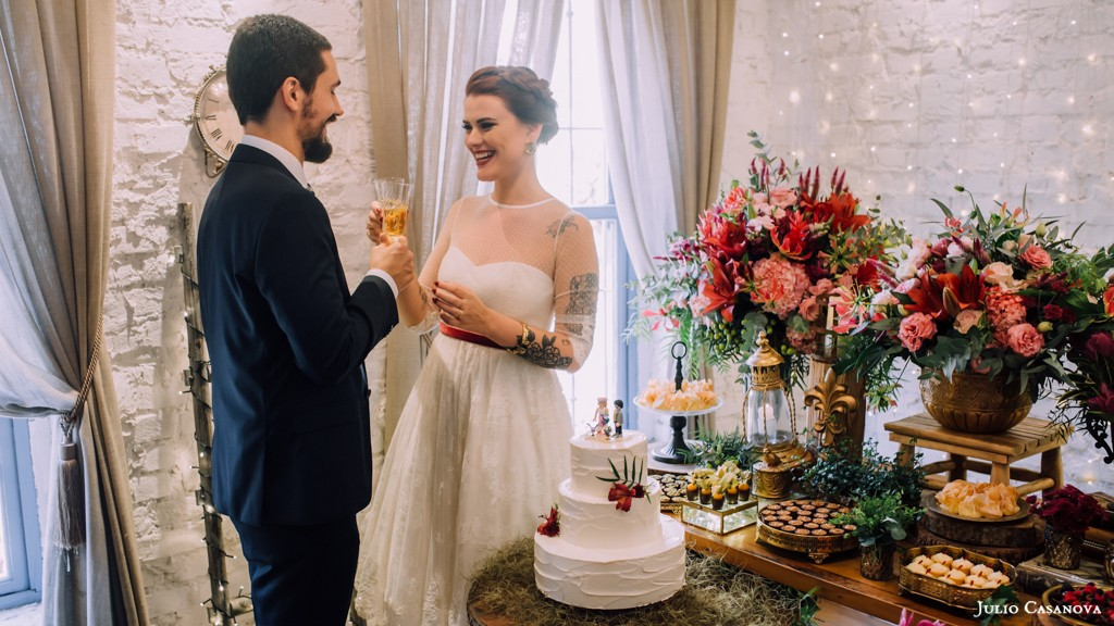 noivos brindando no casamento