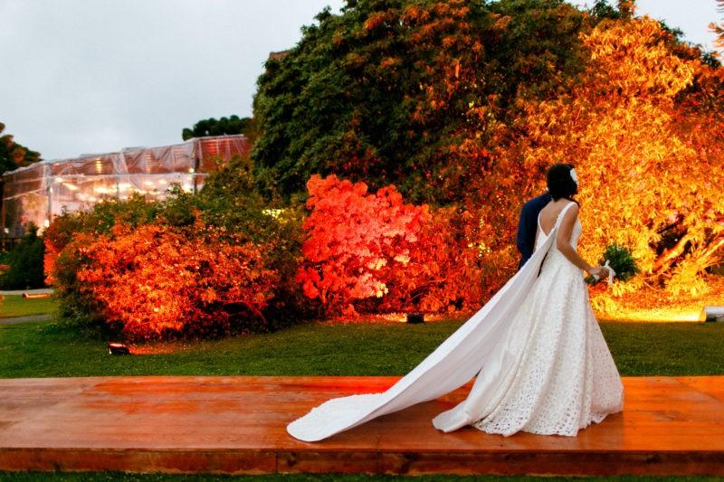 noivos posando em um casamento no campo