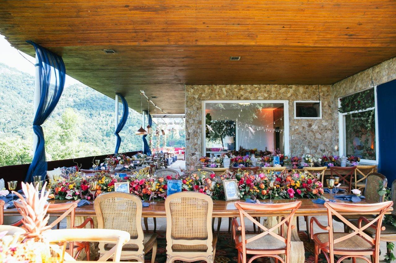 mesa dos convidados decorada com centros de mesa em um casamento rústico-chique