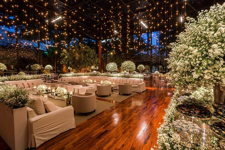 Decoração de espaço para casamento com luzinhas e flores