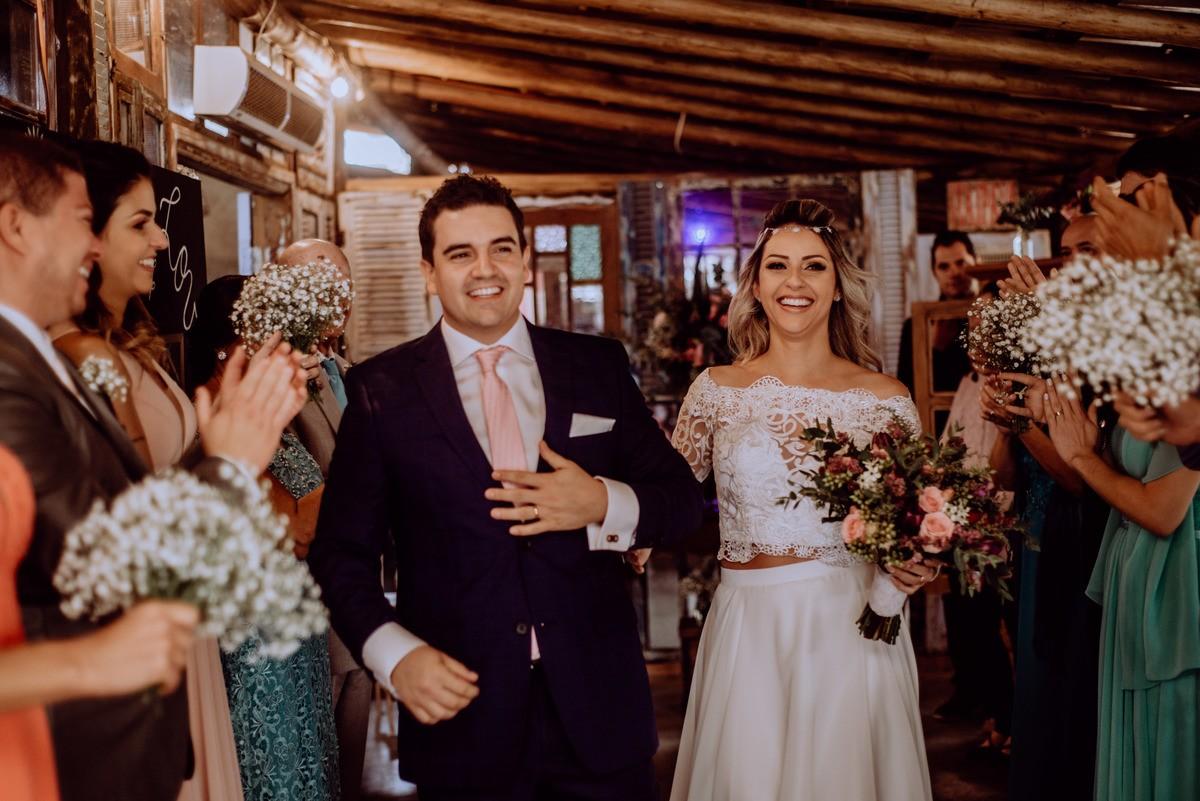 saída dos noivos da cerimônia de casamento
