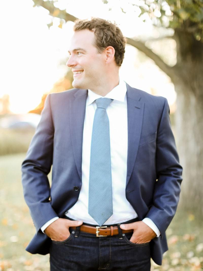 Noivo com terno e gravata.