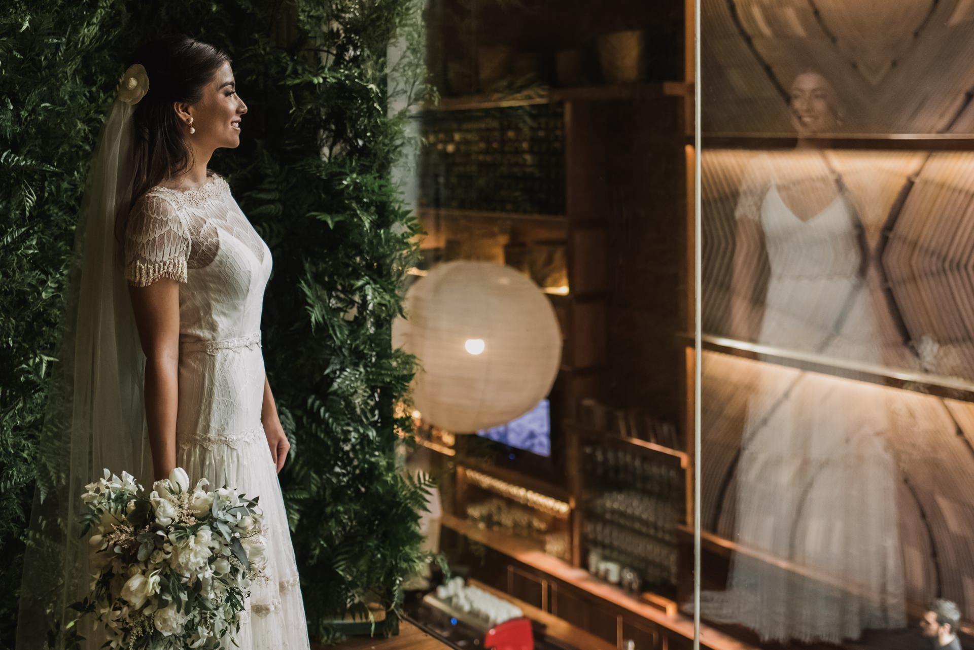 noiva posando com o vestido e o buquê