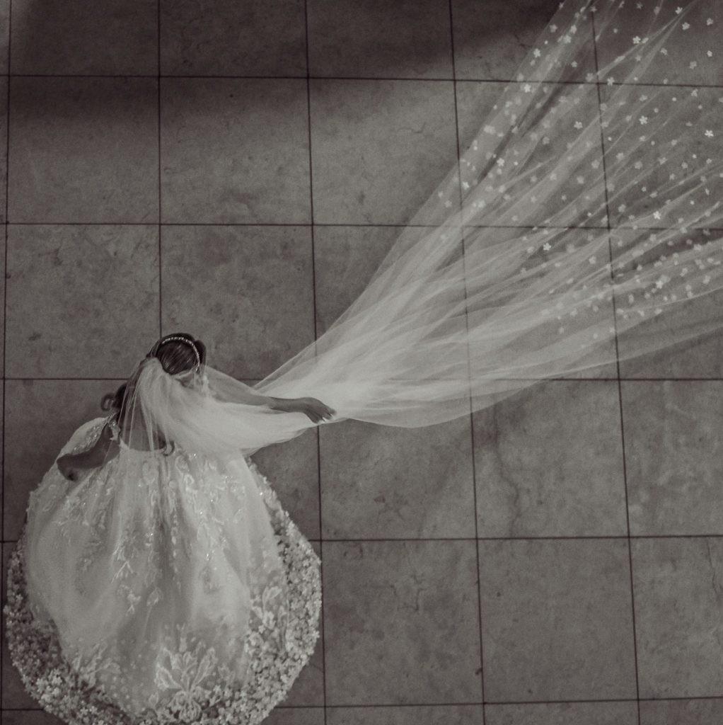 Véu longo para vestido de noiva.