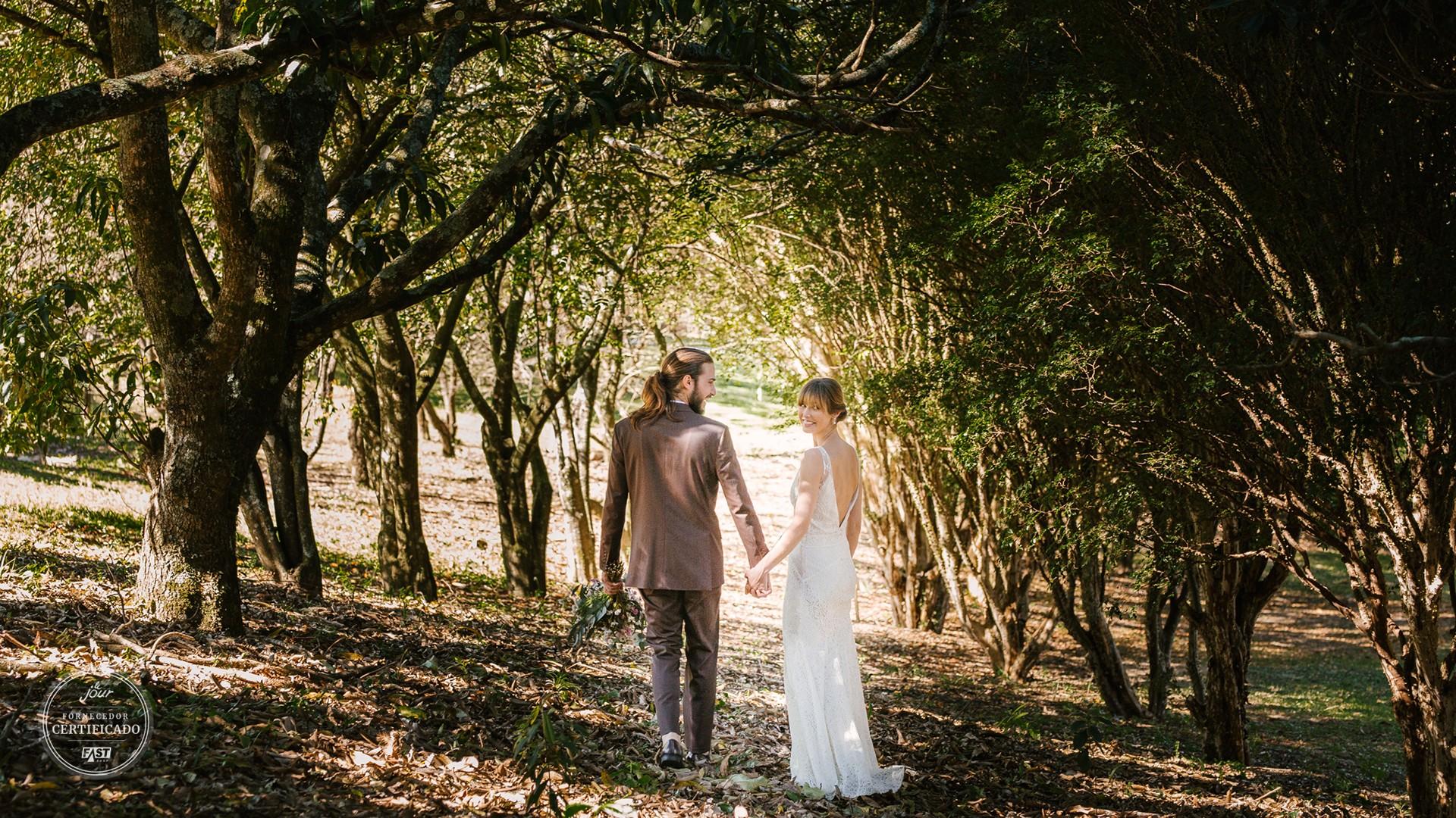 casal posando em um casamento no campo