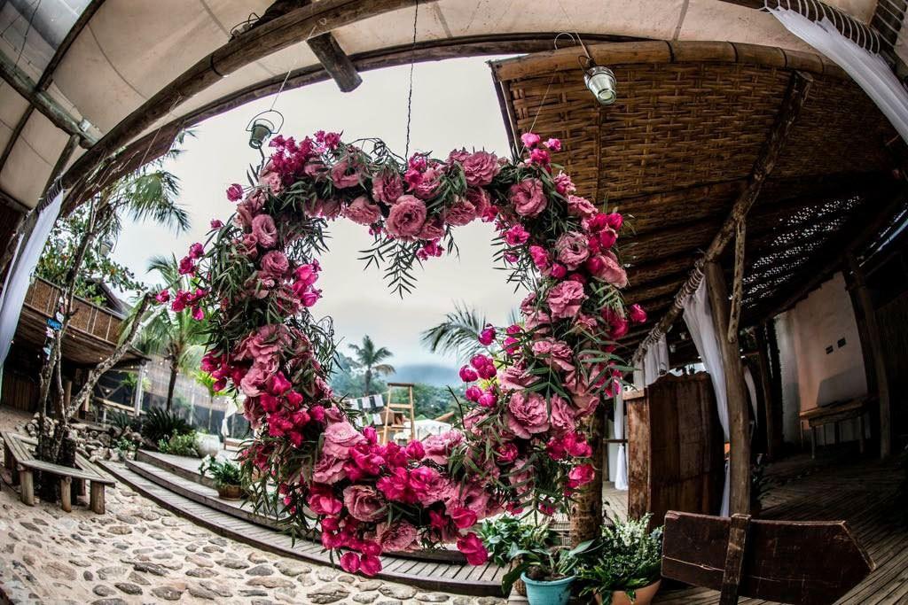 decoração com flores para casamento na praia