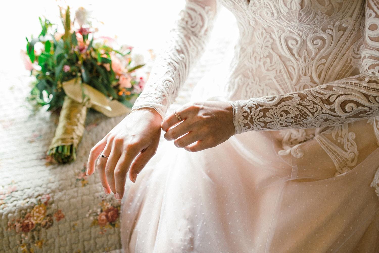 noiva colando o vestido